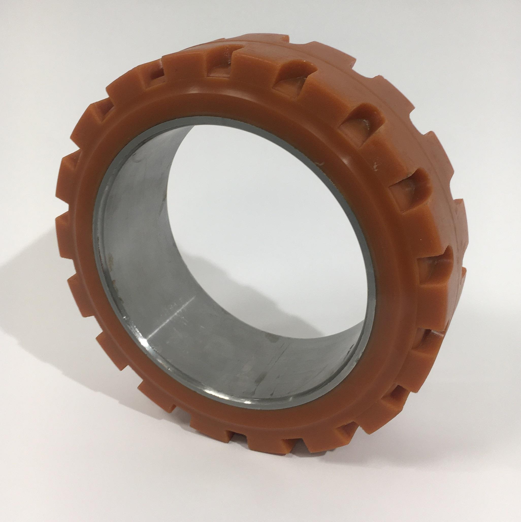 Ruote serie ZC Anelli cilindrici in poliuretano per calettamento su mozzi in ghisa. Durezza rivestimento 95+/-3Sh.A La portata è riferita ad una velocità di 6 km/h. <br/>Battistrada con profilo scolpito.