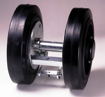 Ruote serie C Ruote in gomma nera con mozzo in ghisa o acciaio. Ruota con cuscinetti a sfere.