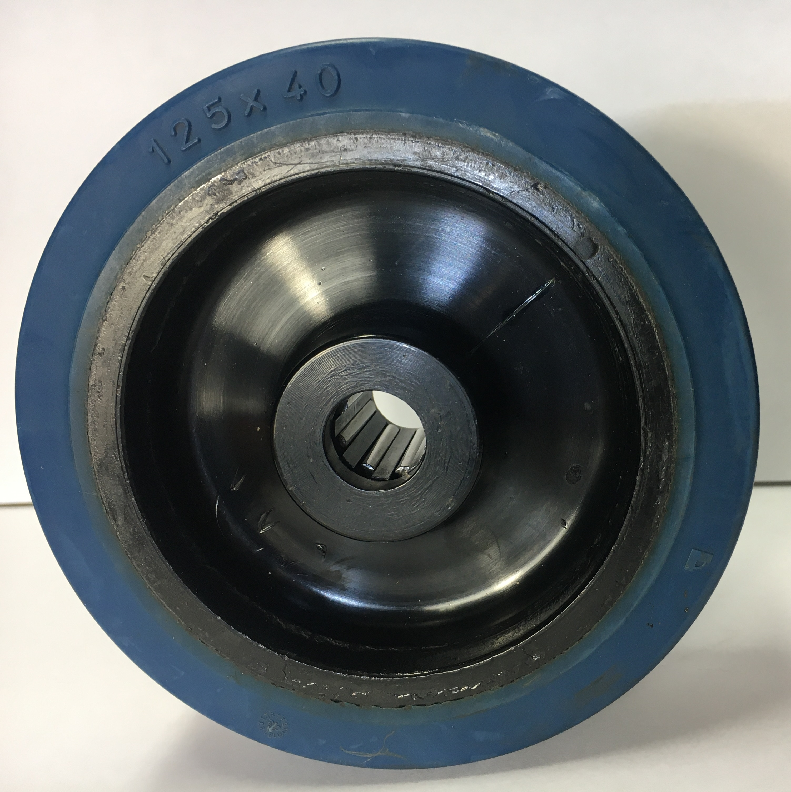 Ruote serie LB Ruote in gomma elastica antitraccia blu con mozzo in polyammide 6 neroo. Disponibili con cuscinetti a sfere di precisione schermati o inox a tenuta st agna; rullini standard o inox o a foro passante. Organo di rotolamento: cuscinetto a rullini.