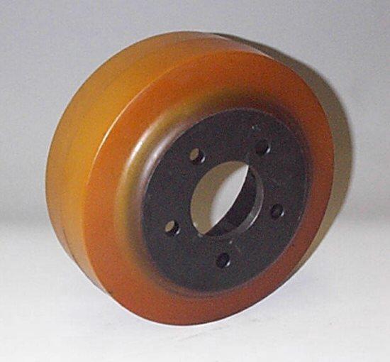 Ruote serie VM Ruote motrici in Vulkollan® [Desmodur 15 - lic. Bayer]. Durezza rivestimento 93 +/-3 Sh.A La portata è riferita ad una velocità di 6 km/h. <br/>N.5 fori diametro 11 mm su raggio di 46mm.