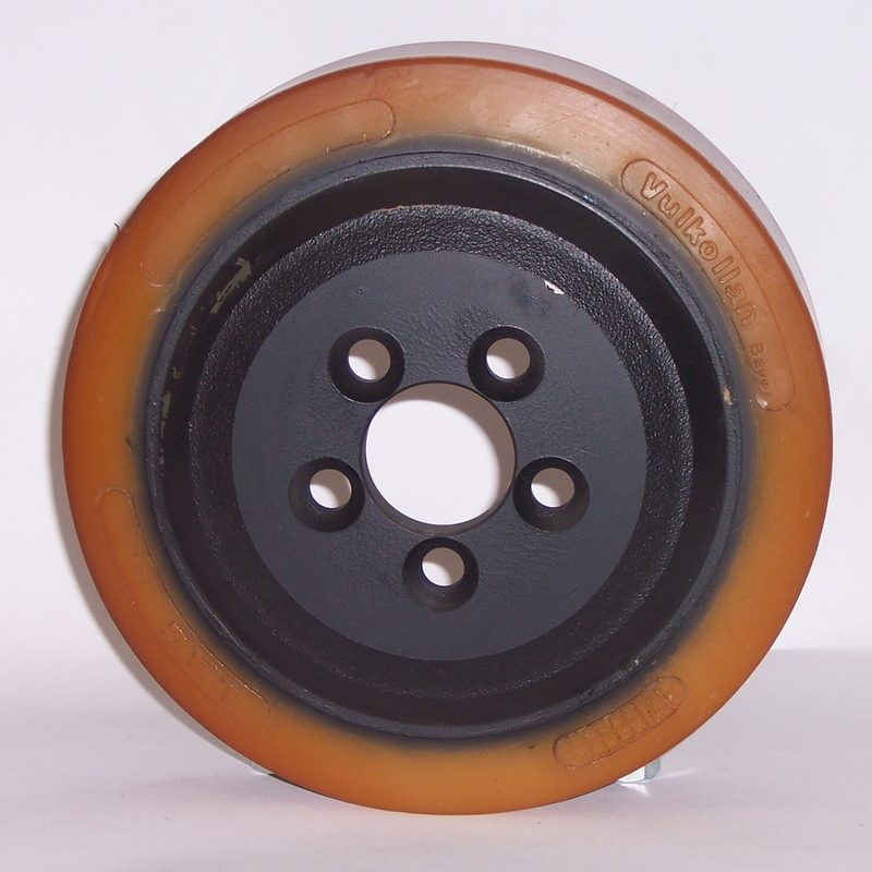 Ruote serie VM Ruote motrici in Vulkollan® [Desmodur 15 - lic. Bayer]. Durezza rivestimento 93 +/-3 Sh.A La portata è riferita ad una velocità di 6 km/h. <br/>N.5 fori diametro 13 mm su raggio di 35 mm.