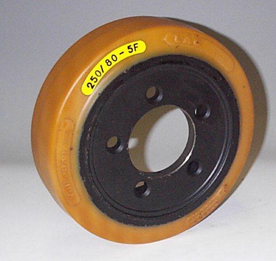 Ruote serie VM Ruote motrici in Vulkollan® [Desmodur 15 - lic. Bayer]. Durezza rivestimento 93 +/-3 Sh.A La portata è riferita ad una velocità di 6 km/h. <br/>N.5 fori diametro 15 mm su raggio di 56 mm.