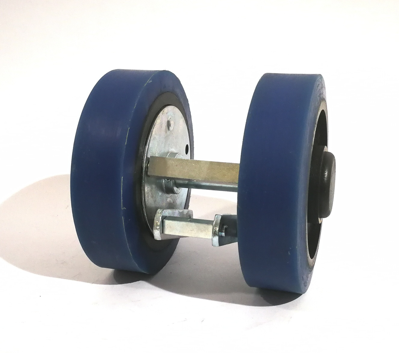 Ruote serie ZS Ruote in poliuretano colato 87 Sh.A tipo soft con mozzo in ghisa. Disponibile con cuscinetti a sfere di precisione schermati. Ruota con cuscinetti a sfere.