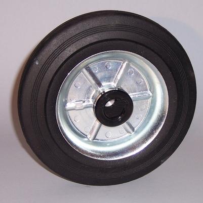 Ruote serie B Ruote con anello in gomma nera e dischi in lamiera saldata, disponibili con cuscinetti a sfere, a rullini o a boccola di nylon. Ruota con cuscinetti a sfere.