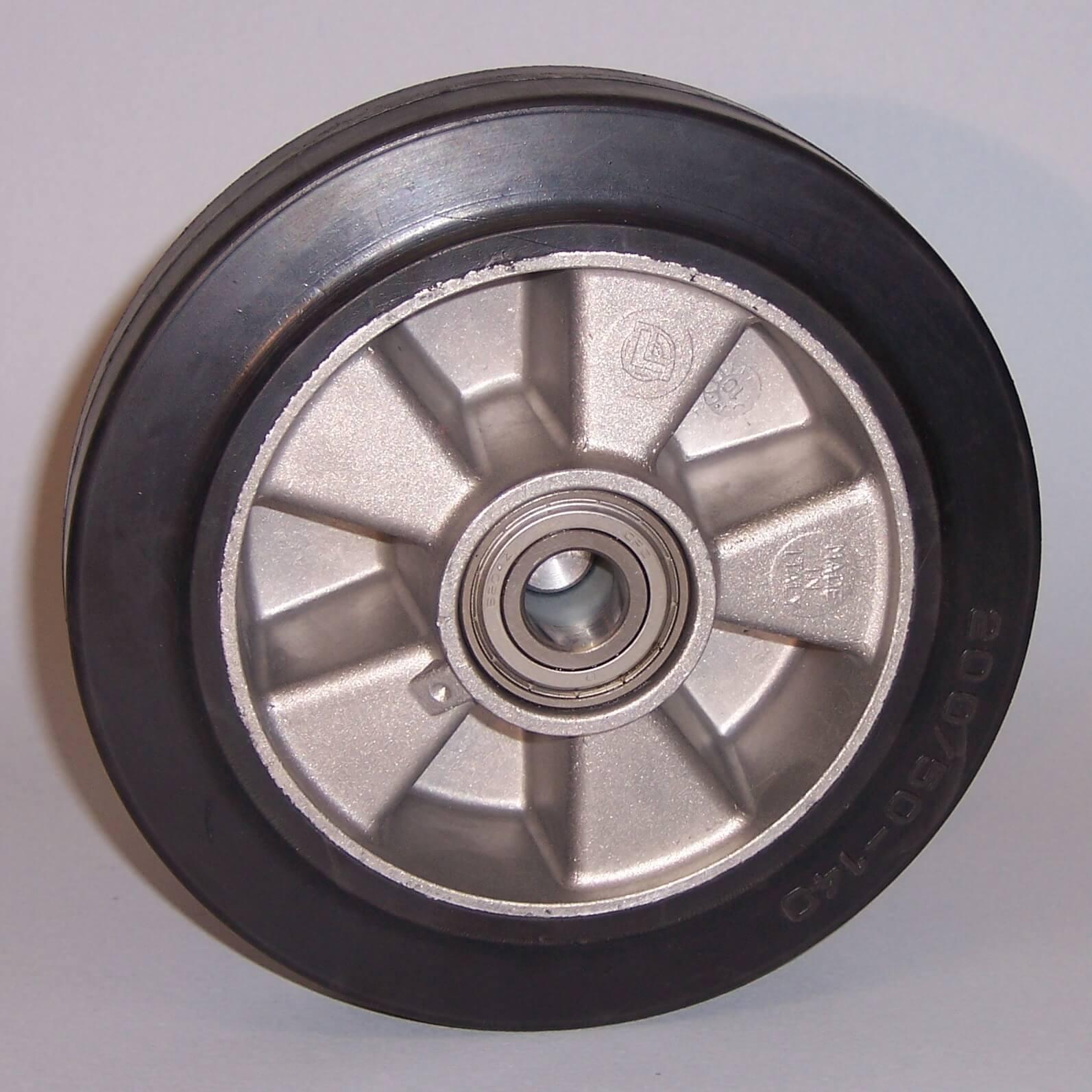 Ruote serie E Ruote in gomma elastica nera e mozzo in alluminio pressofuso. Disponibili con cuscinetti a sfere o rullini. Ruota con cuscinetti a sfere.