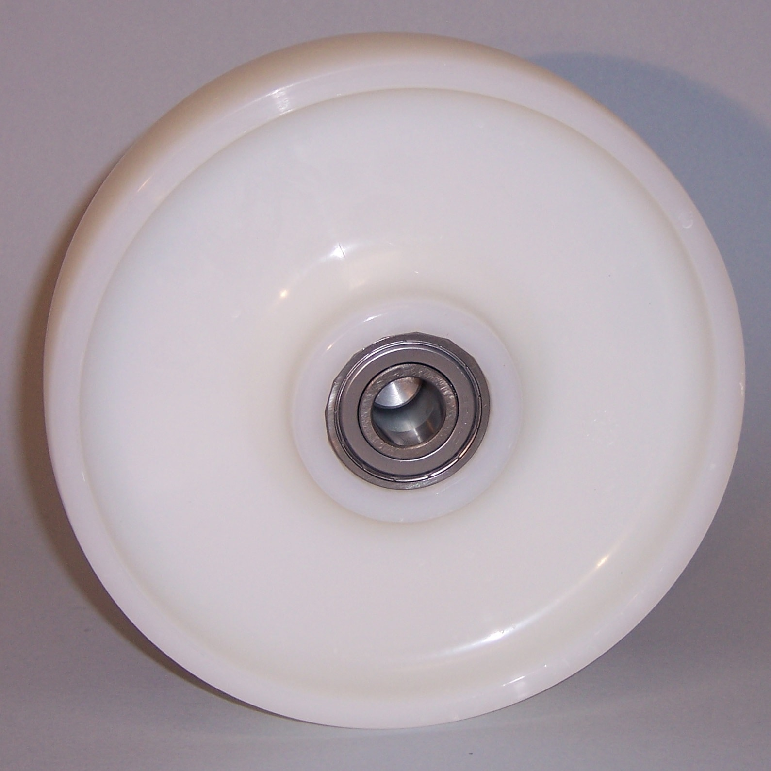 Ruote serie P Ruote monolitiche in polyammide 6 disponibili con cuscinetti a sfere di precisione schermati o inox, rullini standard o inox e a foro passante. Ruota con cuscinetti a sfere.